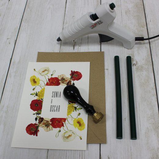 Herramientas para crear lacres personalizados de boda: sello, barras de cera y pistola térmica