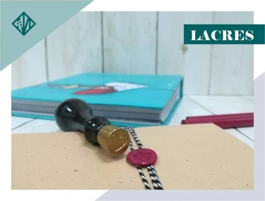 Sello de lacre personalizado sobre un sobre lacrado con cinta