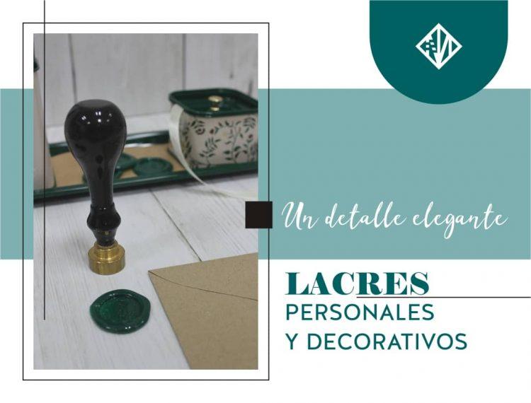 Selo de lacre junto a una sellada y elementos de escritorio personal